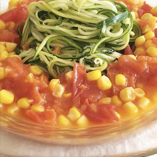 ズッキーニのグルテンフリー冷製トマトソースパスタ